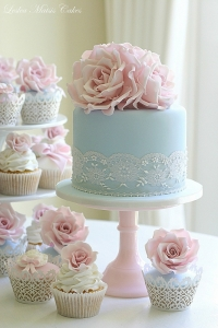 Simple and elegant pastel cake and cupcakes.
